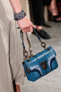 See detail photos for Bottega Veneta Spring 2017 Ready-to-Wear collection. Dior Handbags, New Handbags, Designer Handbags, Bags Online Shopping, Online Bags, Handbag Accessories, Fashion Accessories, Design Bleu, Bags 2017