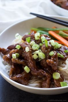 Forget the take out, make this healthy low calorie 30 minute Honey Sriracha Mongolian Beef Recipe with Rice Noodles. It's sweet, spicy, and perfect for a fast weeknight meal! Low Calorie Dinners, Low Calorie Recipes, Diet Recipes, Cooking Recipes, Healthy Recipes, Yummy Recipes, Quick Weeknight Meals, Easy Healthy Dinners, Quick Easy Meals