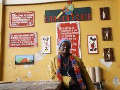 María Limenia Cortez Angulo es de Tumaco y vive en Bogotá hace 30 años, vivía al lado de la carrilera cerca de Paloquemao y un día llegó la policía y le quemó su rancho, le prometieron reubicación pero nunca llegó, ese día perdió sus 5 gatos y un perro, lleva 5 años en este hogar de paso del distrito.