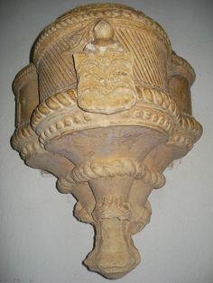 Outra jóia da arte manuelina, esta na ermida da Senhora da Orada. É também uma pia de água benta.