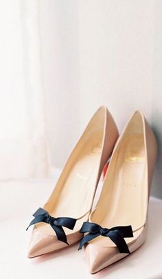Nadire Atas on Shoe Addictions Christian Louboutin ~ Nude Patent Leather Pumps w Black Bow Pretty Shoes, Beautiful Shoes, Cute Shoes, Me Too Shoes, Zapatos Shoes, Shoes Heels, Tan Heels, Shabby Chick, How To Have Style