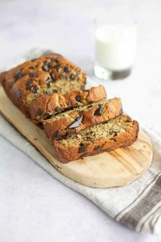 Gluten Free Chocolate Chip Banana Bread Gluten Free Banana Bread with Bob's Red Mill – This easy banana bread is great for breakfast or a snack the whole family will love. This gluten free chocolate chip banana bread is a delicious Fall recipe. Gluten Free Banana Bread, Healthy Banana Bread, Gluten Free Baking, Gluten Free Desserts, Gluten Free Recipes, Vegan Desserts, Chocolate Sin Gluten, Chocolate Chip Banana Bread, Homemade Chocolate