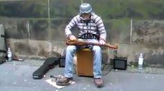 Ce guitariste de rue est tout simplement MAGIQUE !