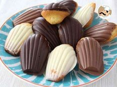 White, milk or dark, the crisp of the chocolate mixed with moist madeleines won't let you indifferent ! - Recipe Dessert : Madeleines with chocolate - video recipe ! by PetitChef_Official Madelines Recipe, Chocolate Videos, Cookie Recipes, Dessert Recipes, Donuts, Muffins, Great Desserts, Strawberry Recipes, Vegetarian Chocolate