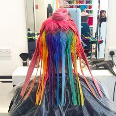 Este cabelo com um arco-íris escondido vai inspirar sua próxima visita ao cabeleireiro
