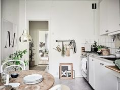 Christmas kitchen in a cosy Swedish home in neutrals. 55Kvadrat / Anders Bergstedt / Emma Fischer.