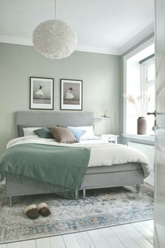 home decor eclectic home decor Ein grnes Zimmer Bedroom Wall Colors, Bedroom Bed Design, Small Room Bedroom, Room Ideas Bedroom, Home Decor Bedroom, Living Room Decor, Small Rooms, Sage Green Bedroom, Green Rooms