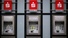 43 Sparkassen verlangen jetzt von ihren Kunden Gebühren fürs Geldabheben am Automaten. Und zwar bis zu einem Euro. Zwar können die Kunden andere Modelle wählen, doch drohen dann andere Kosten.