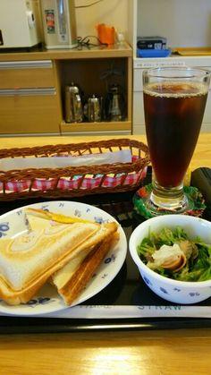 今日のお昼ごはんはホットサンドたまご味とアイスコーヒーいただいています。