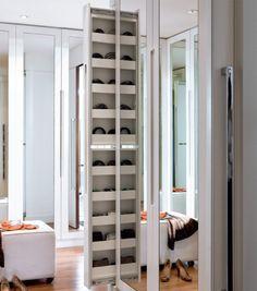 A coluna retrátil tem espaço para cintos no armário.