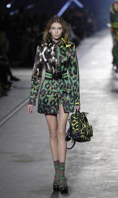 Stella MaxWell, a namorada de Miley Cyrus, na Versace Antonio Calanni / AP