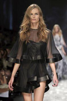 Valentino at Paris Fashion Week Spring 2010 Big Fashion, Colorful Fashion, Runway Fashion, Paris Fashion, Couture Dresses, Fashion Dresses, Valentino Gowns, Beautiful Outfits, Designer Dresses