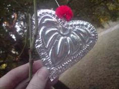 Mexican Tin Art - Gathering ideas on making decorations from soda cans and food cans. Pop Can Crafts, Crafts To Make, Arts And Crafts, Diy Crafts, Aluminum Can Crafts, Metal Crafts, Recycled Crafts, Tin Can Art, Tin Art