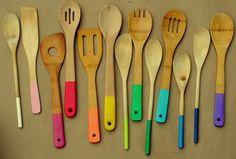 Renueva todos tus utensilios de madera, pintando el mango de cada uno con el color que mas te guste, solo asegúrate que la pintura no contenga ningún elemento tóxico