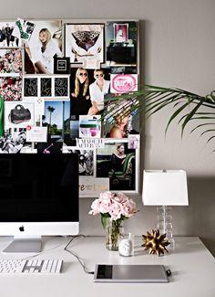 Escritório: painel de imagens, abajur, flores e plantas. Número mínimo de objetos para deixar o ambiente leve e iluminado