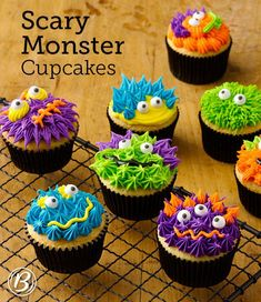 Transform a simple cupcake into something spooky by using frosting and candy eyeballs. The perfect Halloween treat! Cake mix, frosting and decorations make these scary cupcakes the perfect Halloween treat. Halloween Desserts, Muffin Halloween, Halloween Cupcakes Decoration, Halloween Cakes, Halloween Treats, Halloween Birthday, Family Halloween, Halloween Costumes, Monster Cupcakes