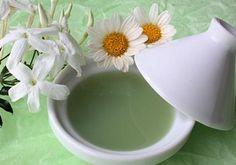 Blondir Naturellement - LA CAMOMILLE - Recette : déposez 2 grosses poignées de fleurs de camomille dans un grand bol d'eau très chaude (voire bouillante). Attendez que le mélange tiédisse puis utilisez-le comme eau de rinçage après votre shampoing.