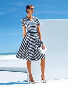Das knielange Ringelkleid mit kurzen Ärmeln und weitem Rockteil: ein weiches, schwingendes Jerseykleid mit hohem Tragekomfort.