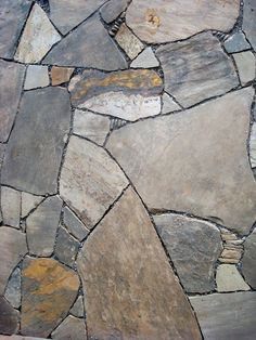 This drystone patio of Tennessee sandstone features pebbles that add visual and textural interest.