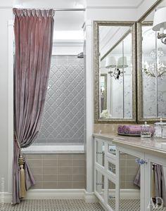 Для отделки ванной при главной спальни использована мозаика, Sicis, плитка, Adex, а также обои с ручной росписью Fresq, которые обработали защитным составом. Бра, Visual Comfort Gallery. Тумба сделана на заказ.