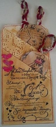 Idee vir poskaart-layersTracy Evans: The Altered Alice Chapter 6 Challenge: Painting The Roses Red! Love The Layed Tags Card Tags, Gift Tags, Painting The Roses Red, Creation Deco, Handmade Tags, Paper Tags, Scrapbook Embellishments, Artist Trading Cards, Vintage Tags