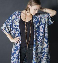 outfit élégant avec un kimono moderne en bleu