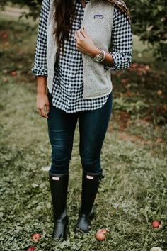apple picking outfit, gingham boyfriend shirt, gingham shirt, patagonia vest, patagonia outfit, outdoorsy outfit, cute fall outfit, fall style, fall fashion, hunter boots, hunter wellies, hunter tour packable, apple orchard outfit // grace wainwright a southern drawl Preppy Fall Outfits, Fall Fashion Outfits, Casual Winter Outfits, Mode Outfits, Autumn Fashion, Outfit Winter, Emo Fashion, Fashion Boots, Preppy Ideas