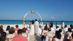#ceremoniacivil #bodasenlaplaya #beachweddings #cancunbodas #bodasdedestino #destinationwedding #partyboutiquecancun #prettyflowers #mobiliario para eventos #mobiliarioparabodas