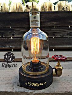 Nouveau chez Fifty1st est, oui un autre feu pour votre plus grand plaisir ! Fabriqués à la main récupéré la base en bois, raccords en laiton, linterrupteur de leau, cordon de tissu vintage, régénéré Rebel Yell bouteille de whisky et un tas de sueur de lhomme ! Vous vous demandez quoi ressemblerait une création de Edison si il buvait beaucoup ? Eh bien ici ya go    Dimensions lampe * Poids : 5lbs Hauteur: 8 pouces Largeur : 4.5 Raccords de tuyauterie : 3/4 laiton Commutateur de robinet : l...