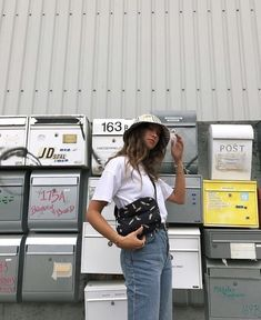 Bucket Hat, street style, jeans, designer bag, white t-shirt outfit Basic Fashion, Fashion Week, Look Fashion, Fashion Outfits, Fashion Goth, Fashion Beauty, Outfits With Hats, Bad Hair Day, Mode Inspiration