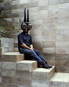 La maison en beton de Pedro Reyes a Mexico  Pedro Reyes masqué, sur les marches de la pyramide qui abrite son atelier.