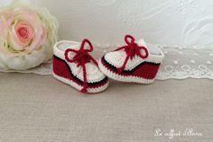 Chaussons bébé forme baskets crocheté main en laine de couleur bordeaux écru gris : Mode Bébé par lecoffretdanna