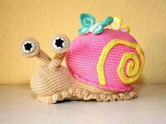 SNAIL Out with the stuffy winter air, in with the freshness of spring! This beautiful doorstop-snail helps you gladly with that. It also makes an awesome toy. Please fill it with something soft then though... ;) As reinforcements: cute butterflies! As usu