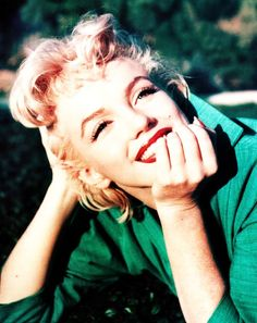 Marylin Monroe in Emerald. How pretty. #OPPO #Emerald #ColorOfTheYear
