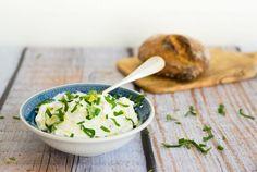 Hast du dich schon mal darauf geachtet was alles so in einem Frischekäse vom Supermarkt drin ist? Ich habe noch keinen gefunden der keine Zusätze hat! So habe ich begonnen Frischkäse einfach selber zu machen. Und das geht auch ganz einfach und ohne Aufwand. Und du kannst ihn dann ganz nach deinem Geschmack würzen oder mit Kräutern ergänzen. Beim Brunch kommt es auch immer gut an, wenn derFrischkäse nature serviert wird und dazu diverse Schälchen mit geschnittenen Kräutern, Salz…