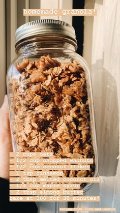 This easy homemade granola recipe is the perfect breakfast or snack! Made with oats, nuts, dried fruit, and maple syrup, it's healthy and delicious. Good Healthy Recipes, Healthy Foods To Eat, Healthy Eating, Dinner Healthy, Health Recipes, Healthy Sweets, Easy Recipes, Quick Healthy Snacks, Healthy Food List