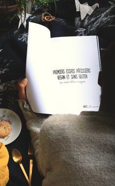 j'ai sous la main un livre de photos culinaire de pâtisserie posé sur une couverture bleu marine à côté d'une assiette qui contient un cookie Patisserie Vegan, Patisserie Sans Gluten, Sans Gluten Vegan, Cookies Et Biscuits, Bleu Marine, Cards Against Humanity, Photos, Blue Blanket, Simple Recipes