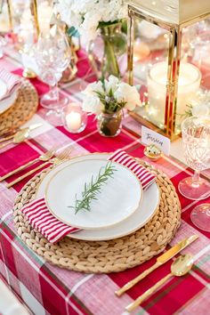 Style your holiday tablescape with these ideas for Christmas Table Decorations from twinkling lights to gorgeous holiday floral arrangements! Christmas Table Decorations, Christmas Table Settings, Christmas Tablescapes, Decoration Table, Holiday Tablescape, Party Food For Adults, Breakfast Table Setting, French Christmas, Summer Christmas