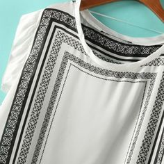 Mangas curtas Decote redondo Blusa solta Tecido de seda Impressão retangular preto texturizado, personalizado, em torno do pescoço Mangas curtas Tamanho M Medidas: Ombro: 43cm Busto: 108cm Comprimento: 63cm