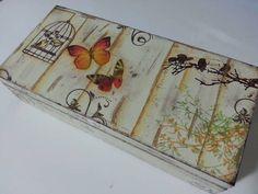 Caja de madera pintada con la aplicación de sellos y decoupage.  Ideal para guardar sus relojes o incluso joyas de fantasía de una manera organizada!  R $ 54.00: