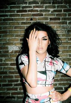 Adore Delano does an Amy Winehouse loik