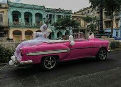 Estilo e escolhas vão além das tecnologia. A beleza está nos olhos de quem vê. Bonita imagem.  @OlhardeMahel #imagem #fotografia #noiva #casamento #foto #Cuba #fotógrafos #estilo #rosa #corderosa #escolha #carroantigo #carro #carrorosa #olhardemahel #pimagens #image #photography #photo #pic #photographer #wedding #car #pinkcar #oldcar