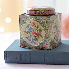Vintage Floral English Daher Tin-I have a few of these which are great to store little things Vintage Tins, Vintage Floral, Vintage Antiques, Vintage Turquoise, Vintage Style, Shabby, Tea And Books, Tin Containers, Tea Tins