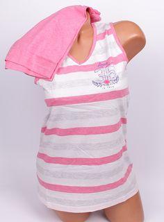 Свежа дамска пижам за топлите нощи. Пижамата е с потник с широка презрамка в розово, бяло и сиво райе и ве образно деколте. Панталоните са къси в розов цвят с ластик и връзка на талията.