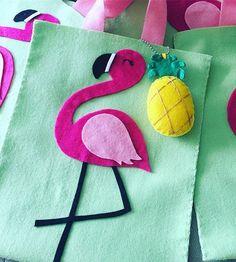 Sacolinha personalizada em feltro! #flamingo #gabisimasartfesta #recife #decoracaofestainfantil #sacolinhaspersonalizadas WhatsApp (81)9.9187.5910