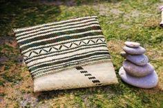 Clutch feita à mão com materiais típicos Moçambicanos. Interior forrado a capulana (pano típico Africano)Materiais: Palha, CapulanaDimensões: 32.5 x