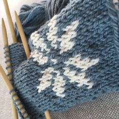 StrikkeMiks: Tovede votter Mittens Pattern, Cat Pattern, Free Knitting, Knitting Patterns, Rolf Zuckowski, Kitten Mittens, Popular Pins, Diy And Crafts, Knit Crochet