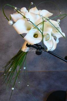 Bouquet Mariée Arums, beargrass, perles de La Souris Verte | Photos