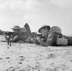 Rhodesian troops of the 60th King's Royal Rifles fire a Bren gun during a training exercise, 12 May 1942.