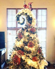 Nightmare Before Christmas tree decor Halloween Christmas Tree, Fröhliches Halloween, Christmas Tree Themes, Christmas Holidays, Christmas Crafts, Halloween Window, Outdoor Christmas, Dark Christmas, Xmas Tree